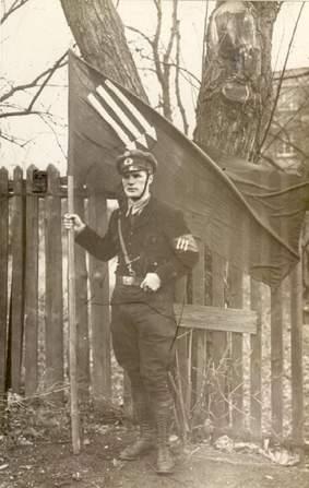 Pleß im Uniform der Eisernen Front mit der Reichsbannerfahne